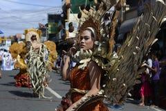 椰子服装游行的同性恋者在每年节日期间的街道 免版税库存图片