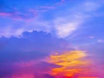 椰子树五颜六色的日落国家边剪影在的 免版税图库摄影