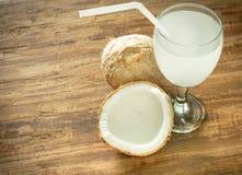椰子汁和椰子在木背景与空间yo的 库存图片