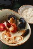 椰子汤用海鲜 免版税库存照片