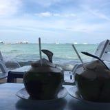 椰子海滩海天空视图放松匙子芭达亚清汁 免版税库存照片