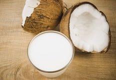 椰子用在木背景的椰奶 库存照片