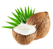 椰子用牛奶在白色背景飞溅并且生叶隔绝 免版税库存图片