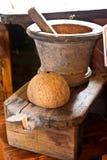椰子磨丝器灰浆壳 免版税图库摄影