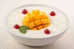 椰子芒果早餐供食的大米布丁 免版税库存照片