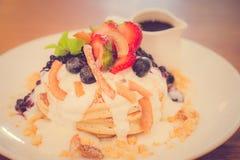 椰子面粉薄煎饼蓝莓蜜饯,新鲜的香蕉鞭打了希腊酸奶 免版税图库摄影