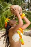 椰子饮用奶妇女 免版税库存图片