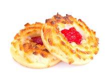 椰子饼干用在白色隔绝的樱桃果酱 库存照片