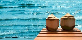 椰子鸡尾酒在海滩的 免版税库存照片