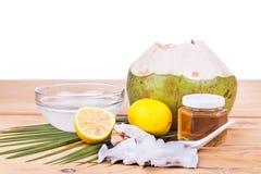 椰子,柠檬,润湿皮肤的蜂蜜自然面罩  免版税库存图片