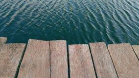 椽木漂浮往急流在上流被成拱形的新河峡大桥下在西维吉尼亚 免版税图库摄影