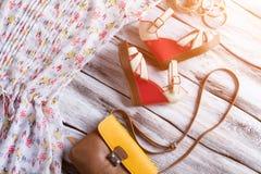 楔子凉鞋和双色的钱包 免版税库存照片