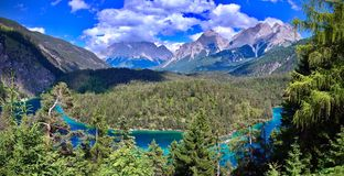 楚格峰和谷与一个深蓝湖前景的在Biberwier,提洛尔 免版税库存照片