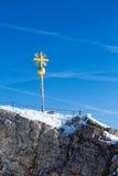 楚格峰山顶十字架 库存图片