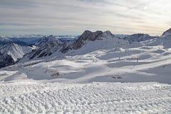 楚格峰阿尔卑斯山雪滑雪冬天蓝天风景garmisch德国 库存图片