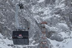 楚格峰,德国在多雪的风景的缆车 免版税库存照片