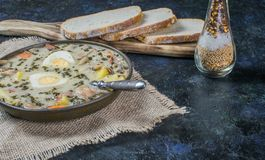 楚雷克-波兰复活节汤用鸡蛋和白色香肠 库存图片