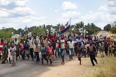 楠普拉、莫桑比克- 2014年10月跑青年和儿童的活动家出席一个政治集会 库存照片