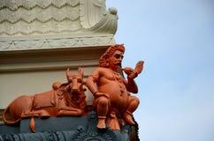 楠迪公牛和一个神雕象拿着巧克力精炼机的在Sri Senpage Vinayagar印度寺庙新加坡 免版税库存照片