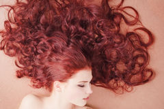 楼层女孩头发长期位于的年轻人 免版税库存图片