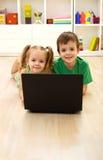楼层家庭孩子膝上型计算机放置 免版税库存图片