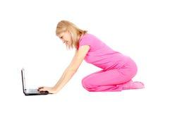 楼层膝上型计算机坐妇女工作 免版税库存图片