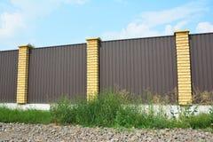 楼房建筑房子篱芭 操刀建筑的金属 免版税图库摄影
