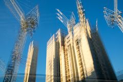 楼房建筑站点的多重曝光图象在伦敦的中心 起重机和具体收缩反对蓝天 库存照片