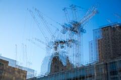 楼房建筑站点的多重曝光图象在伦敦的中心 起重机和具体收缩反对蓝天 免版税库存照片