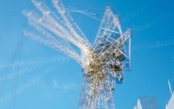 楼房建筑站点的多重曝光图象在伦敦的中心 起重机和具体收缩反对蓝天 图库摄影