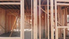 楼房建筑,在新的房地产开发站点的木构筑的结构 股票录像