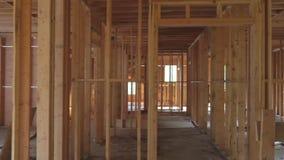 楼房建筑,在新的房地产开发站点的木构筑的结构 股票视频