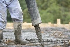 楼房建筑工作者倾吐的水泥 库存图片
