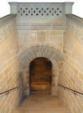 楼梯下来到被困扰的土窖里 免版税库存照片
