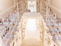 楼梯与大理石步和与装饰铁扶手栏杆 库存照片