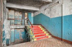 楼梯与破裂和跌下油漆 免版税库存照片