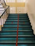 楼梯划分的红线成两条车道 库存图片