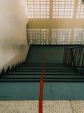 楼梯划分的红线成两条车道 免版税库存图片