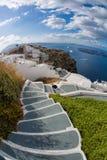 楼梯向在圣托里尼海岛上的海在希腊 免版税库存图片