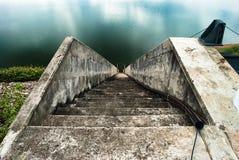 楼梯向河 免版税库存图片