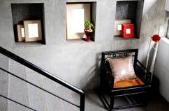 楼梯和椅子 免版税库存照片