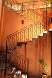楼梯和橙色墙壁在明亮的照明设备下 图库摄影
