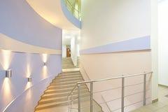 楼梯在一个现代商业中心 库存照片