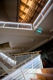 楼梯在一个现代音乐厅里在拉脱维亚 免版税库存图片