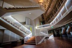 楼梯在一个现代音乐厅里在拉脱维亚 免版税库存照片