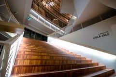 楼梯在一个现代音乐厅里在拉脱维亚 库存照片