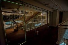 楼梯在一个现代音乐厅里在拉脱维亚 库存图片