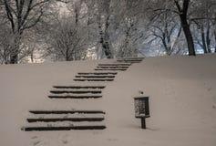 楼梯在冬天多雪的夜 免版税库存照片