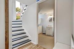 楼梯在有门户开放主义的走廊对卫生间 免版税库存照片