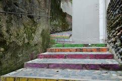 楼梯在老墙壁之间的弯曲的段落 库存照片